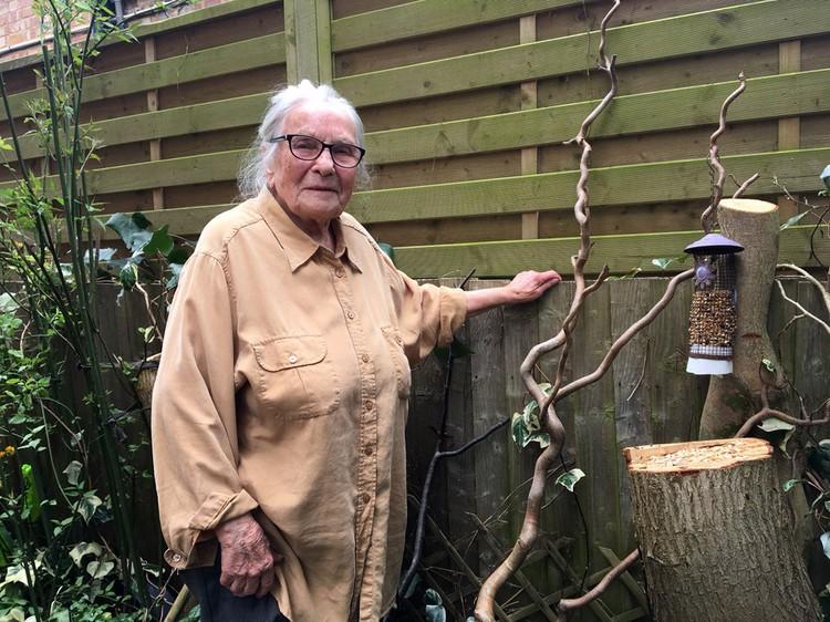 Жена ученого в свой 91 год тоже сохраняет бодрость.