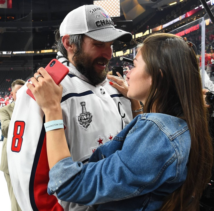 Александр и его супруга Анастасия во время празднования на льду Лас-Вегаса.