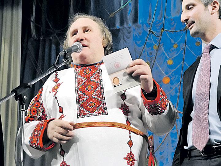 Актер Жерар Депардье с паспортом гражданина России.