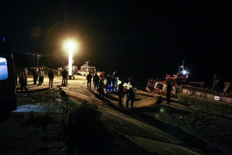 Около полуночи разбитый катамаран отбуксировали к берегу