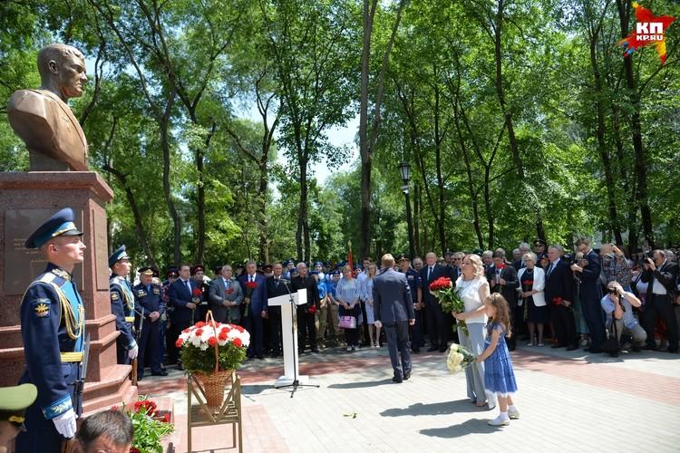 Жена Романа Филипова и его дочь возлагают цветы.