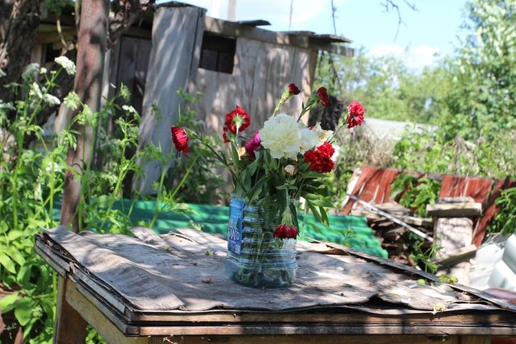 Букет цветов, оставленный в годовщину трагедии