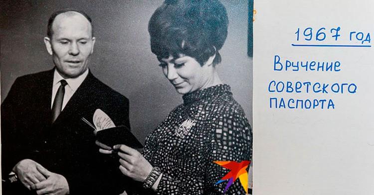 Эдита Пьеха во время вручения советского паспорта.