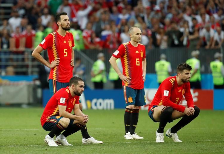 Футболисты сборной Испании во время серии пенальти. Насторожились.