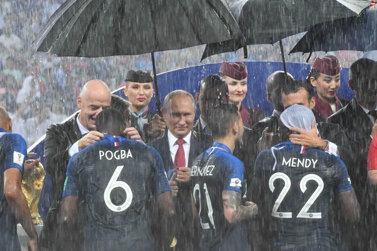 Медали игроки сборной Франции получали под проливным дождем. Но настроения это не испортило
