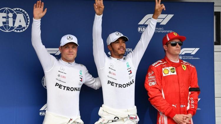 Льюис Хэмилтон (в центре) и его партнер по Мерседесу Вальттери Боттас (слева) празднуют успех в квалификации. Фото: Formula1.com