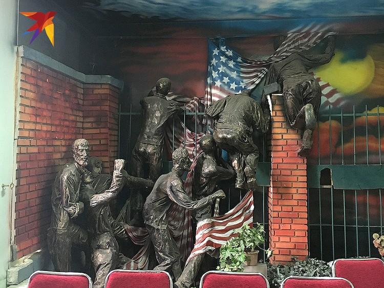 Композиция показывает, как в 1979 году революционные иранские активисты штурмовали американское посольство