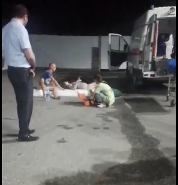 Девушку забрала скорая. Фото: скриншот с видеозаписи очевидцев