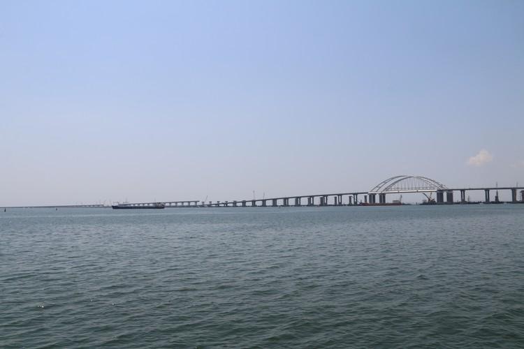 Крымский мост с моря выглядит очень красиво