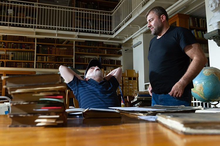 Дмитрий Светозаров показывает Михаилу Пореченкову, как видит эту сцену.