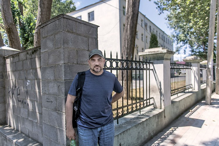 Здесь, у госпиталя города Гори, 10 лет назад ставили к стенке спецкора «КП» Дмитрия Стешина.