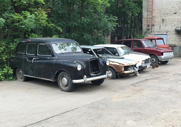 Автомобили - остатки неудачного бизнес-проекта.