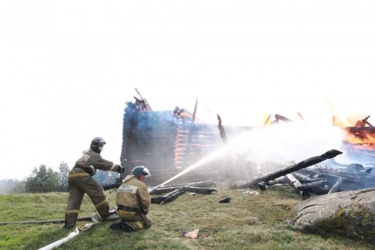 На месте продолжают работать спасатели Фото: ГУ МЧС Республики Карелия