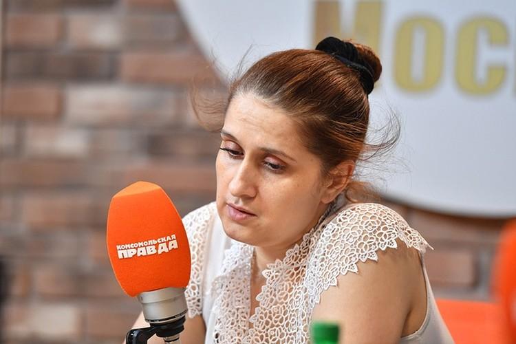 """Мать девочек Аурелия Дундук в студии радио """"Комсомольская правда""""."""