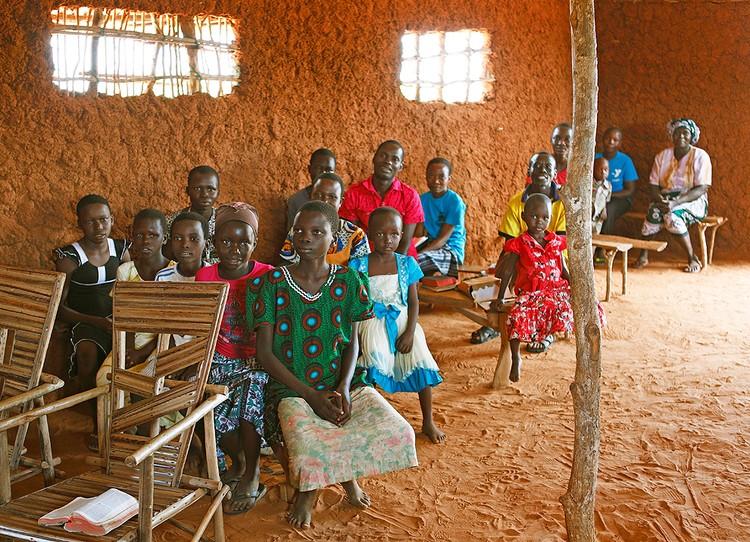 Волонтеры пообещали платить каждому из 220 жителей деревни по 22 доллара США ежемесячно.