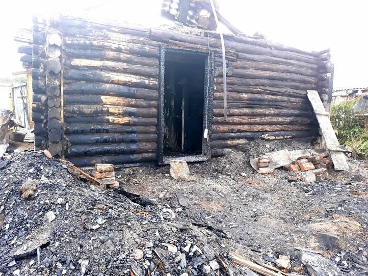 Дом сгорел моментально. Фото: Наталья Радько.