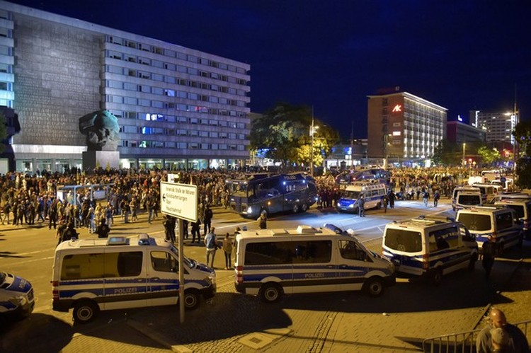 Сотрудникам правоохранительных органов удалось успокоить толпу