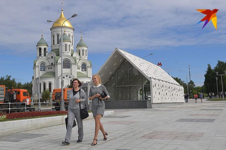 Наземный вестибюль станции `Солнцево` Московского метрополитена и храм преподобного Сергия Радонежского.