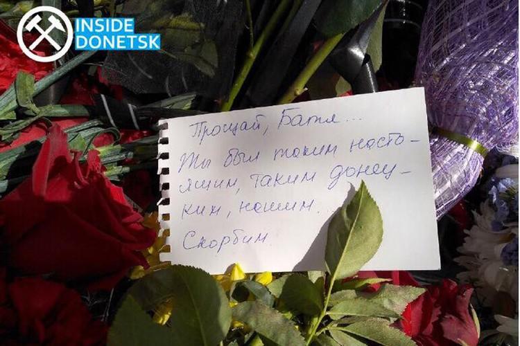 Люди со всего города несут цветы и записки к месту трагедии. Фото: Inside Donetsk