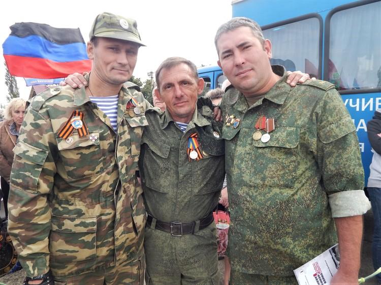 Современные защитники Саур-Могилы пришли почтить память своих боевых товарищей и ветеранов Великой Отечественной войны.
