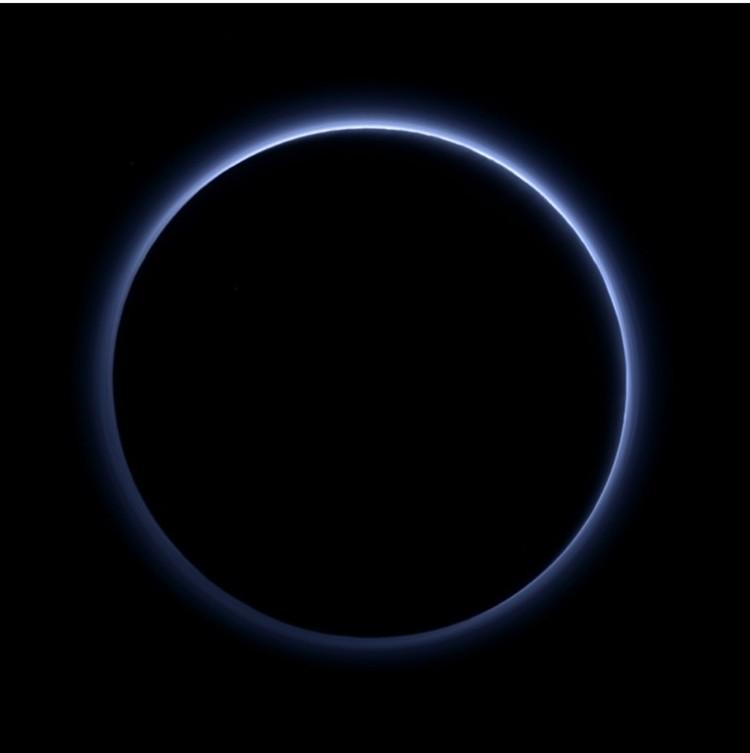 Светится атмосфера Плутона, которой он обладает.
