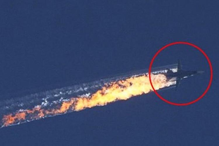 Момент падения сбитого российского Су-24 в небе над Сирией.