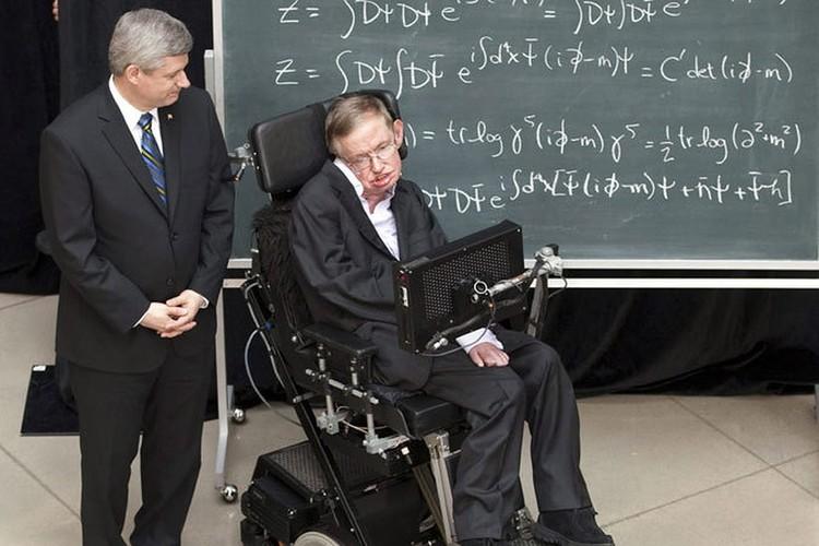 Великий ученый Стивен Хокинг боролся с БАС 55 лет и скончался на 76 году жизни. Но его случай - уникальное исключение. Обычно человек угасает за пять лет