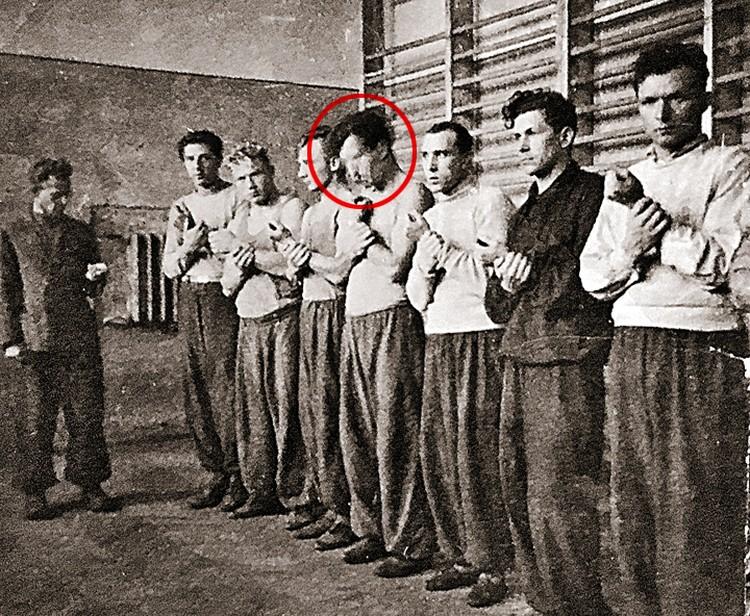 1947 год. Семен (четвертый справа налево) на тренировке по боксу. Если бы его руки были украшены татуировками, описанными в уголовном деле, это запоминалось бы окружающим.
