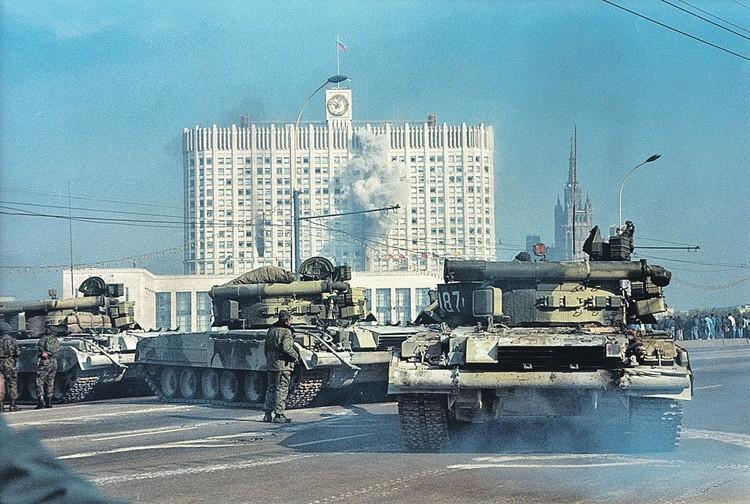 10 танков Кантемировской дивизии по приказу замминистра обороны генерала Кондратьева с Калининского (Новоарбатского) моста и с набережной Шевченко 4 октября обстреливали 6 этажей «Белого дома».