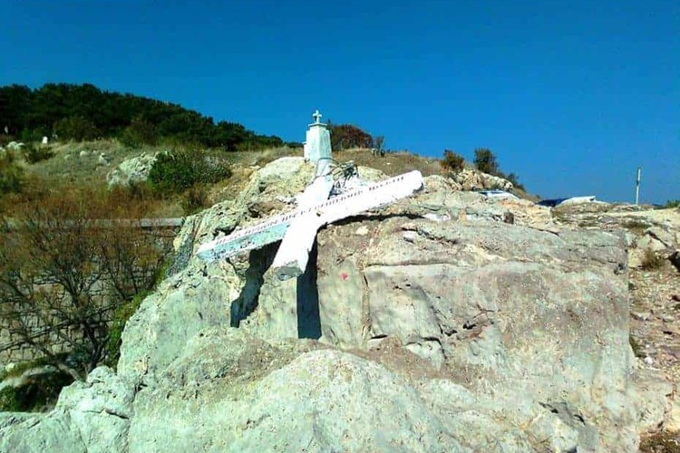 Крест был установлен в память о погибших в море. ФОТО Lesvosnews