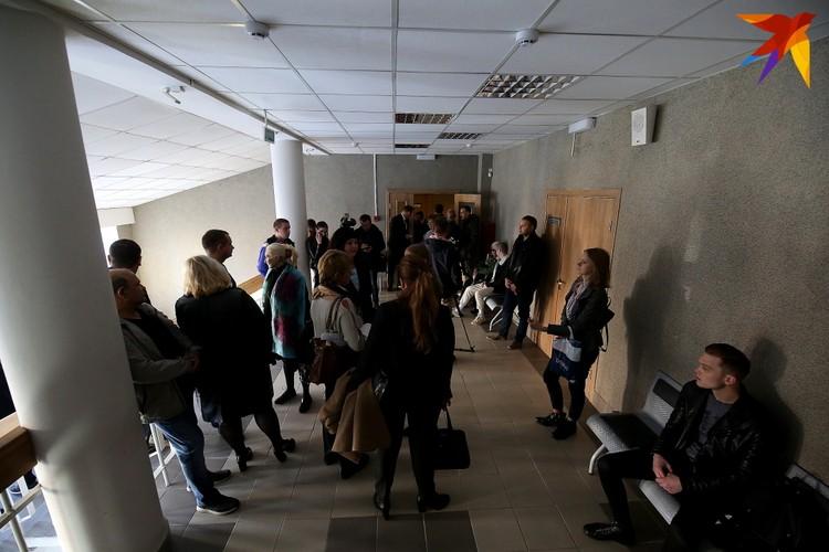За полчаса до начала заседания в суде Фрунзенского района Минска собирается несколько десятков человек - обвиняемые, их защитники, родственники.
