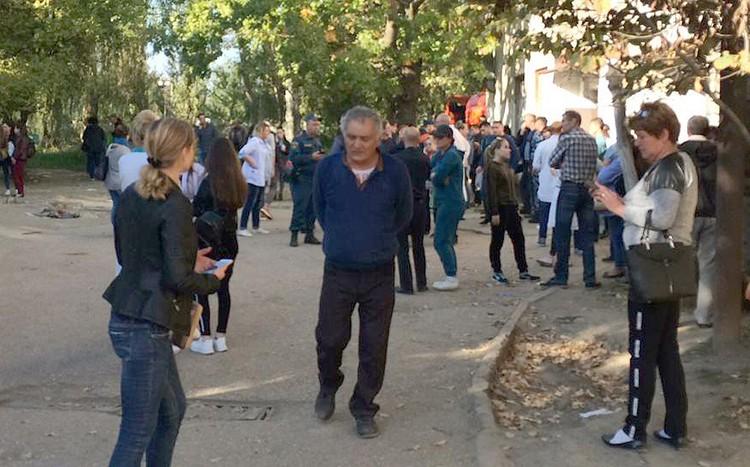 Родственники раненных в бойне на территории Политехнического колледжа у входа в керченскую больницу. ФОТО предоставлено очевидцем