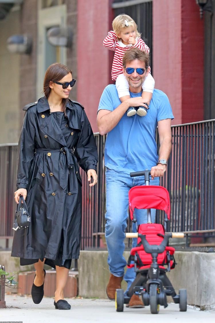 Папарацци часто фотографируют Ирину и Брэдли на улице во время прогулки с дочкой: актер без ума от малышки и готов возиться с ней часами.