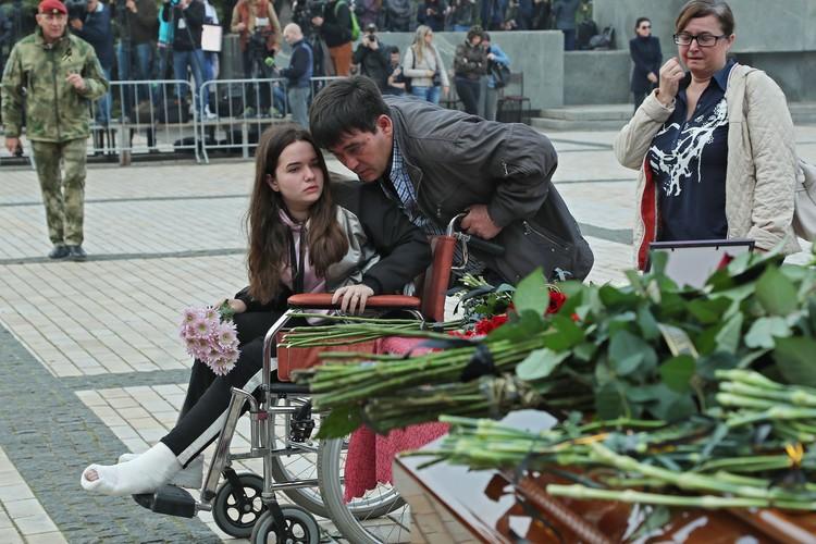 на похороны жертв керченского стрелка пришли и студенты, которые пострадали в бойне. Фото: соцсети Сергея Аксенова