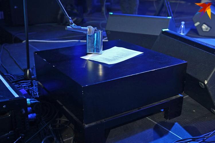 Саша тут! Музыканты поставили микрофон и фляжку для Куллинковича и положили сет-лист