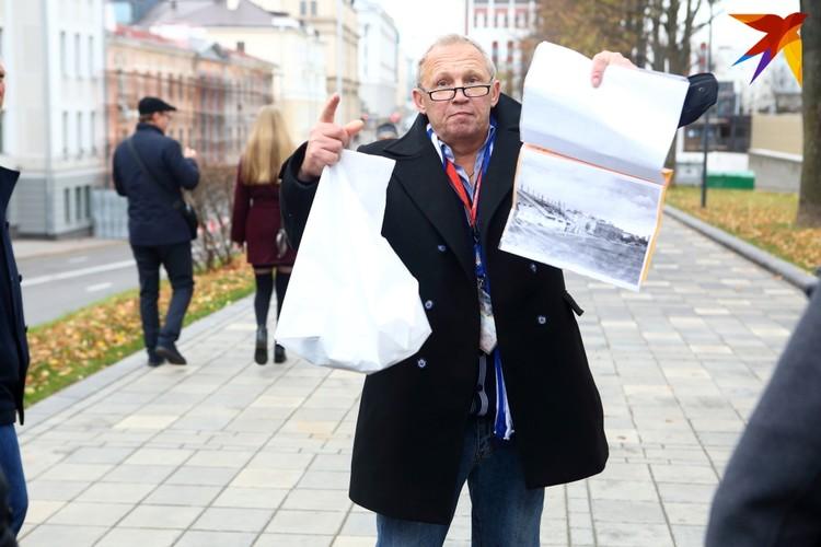 """Гид провел для болельщиков экскурсию по стадиону """"Динамо""""."""