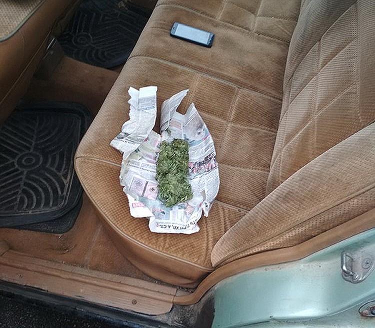 У , 33-летнего жителя Крупского района, нашли 30 граммов марихуаны прямо в машине. Фото: РОВД Советского района.