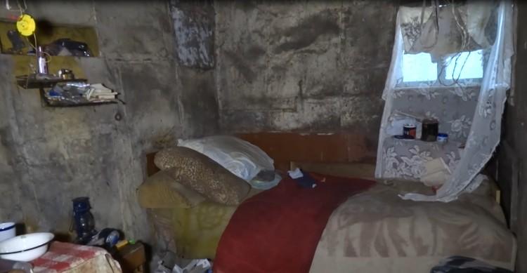 Крымчанку насильно удерживали в грязной лачуге. Фото: кадр видео