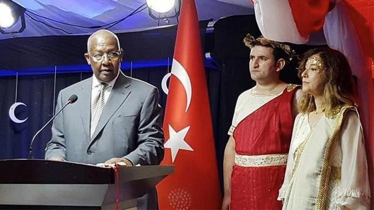Турецкий посол в Уганде Седеф Явузальп (справа) на приеме в честь национального праздника Турции - Дня республики