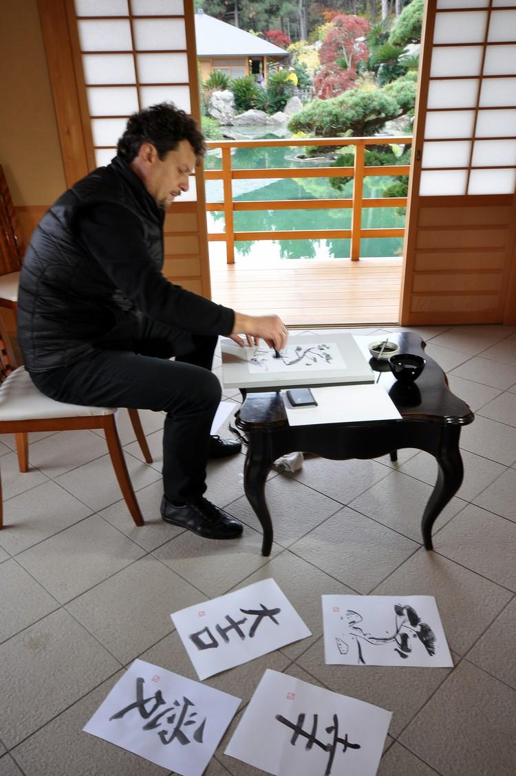 В одной из беседок можно было посмотреть, как рисуют японские иероглифы