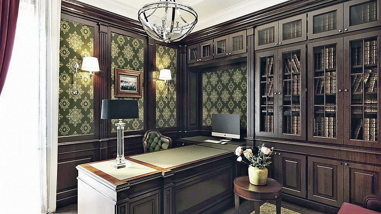 - Кабинет - словно из другой квартиры, темный, немного грузный, тяжелый. Во всей квартире светлая мебель, а тут - темная. Но это классический кабинет в английском стиле, - отмечает независимый дизайнер Мария Боровская. ФОТО: estee-design.ru.
