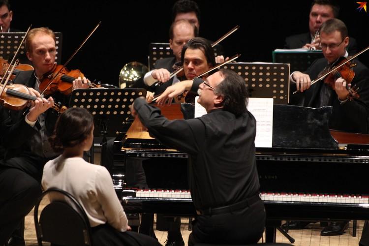 Во время концерта Даниил Крамер одновременно исполнял соло на фортепиано и дирижировал оркестром.