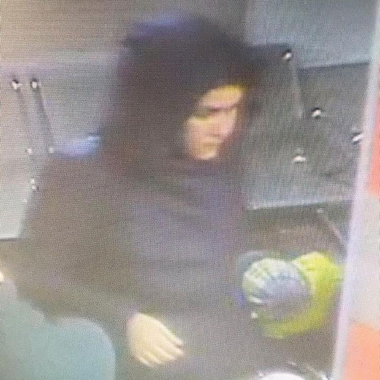 Эта женщина напала на молодую маму, которая держала на руках новорожденного ребенка