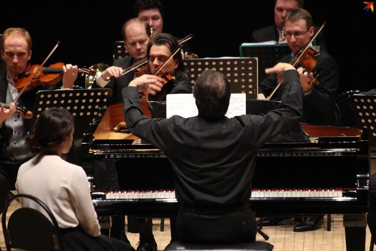 Даниил Крамер признается, что, играя на двух инструментах – «оркестре» и «фортепиано», иногда забывает, кто он – дирижер или пианист.
