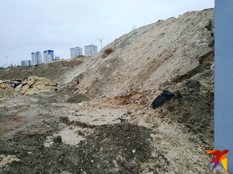 Со склонов смыло армирующую сетку. Вместе с песком и мусором ее сгребли в кучи.
