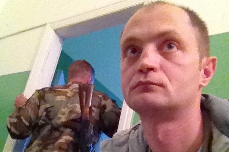 """2014 год, журналист """"Комсомольской правды"""" Александр Коц после общения с украинскими пограничниками, которые сняли его с поезда."""