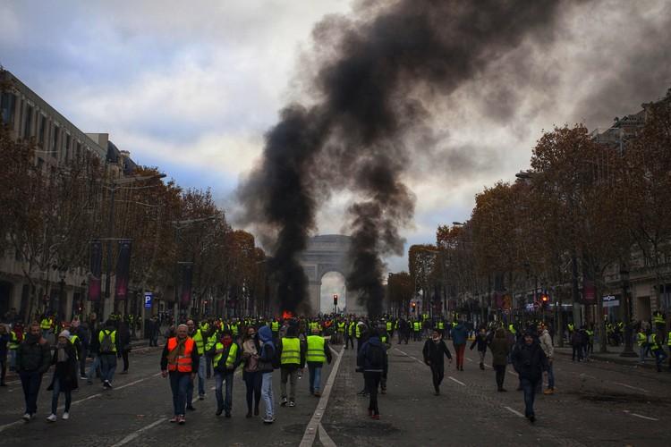В протестах пострадал символ Парижа — Триумфальная арка.