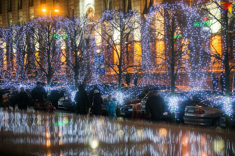 Минск засиял новогодними огнями.