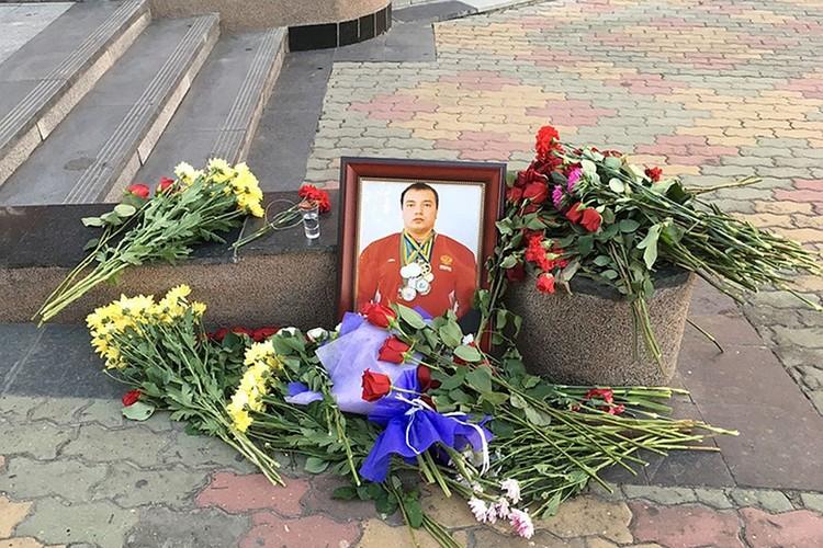 Люди долго несли цветы к месту, где погиб Андрей.