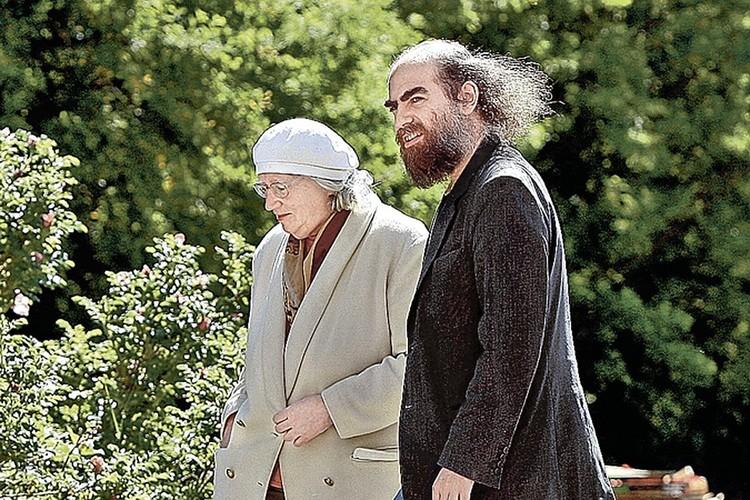 Одна из немногих фотографий Григория Перельмана, сделанных журналистами. Ученый со своей мамой Любовью Лейбовной.